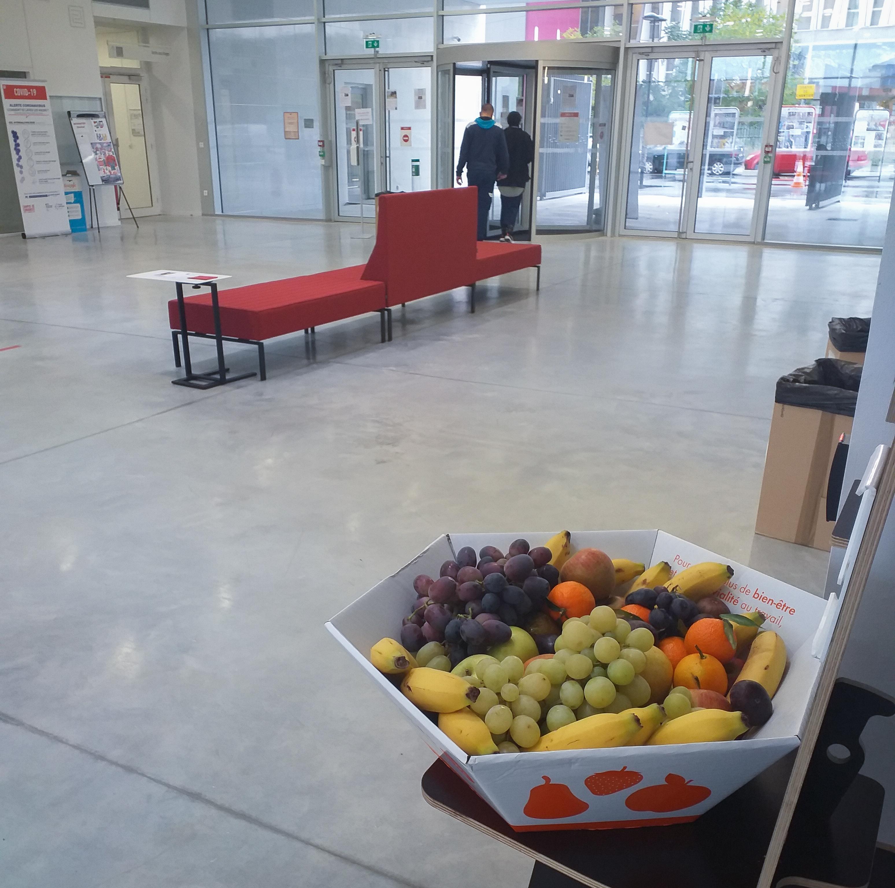Corbeille de fruits Vergers de Gally dans le hall du bâtiment de recherche Sud duCampus Condorcet