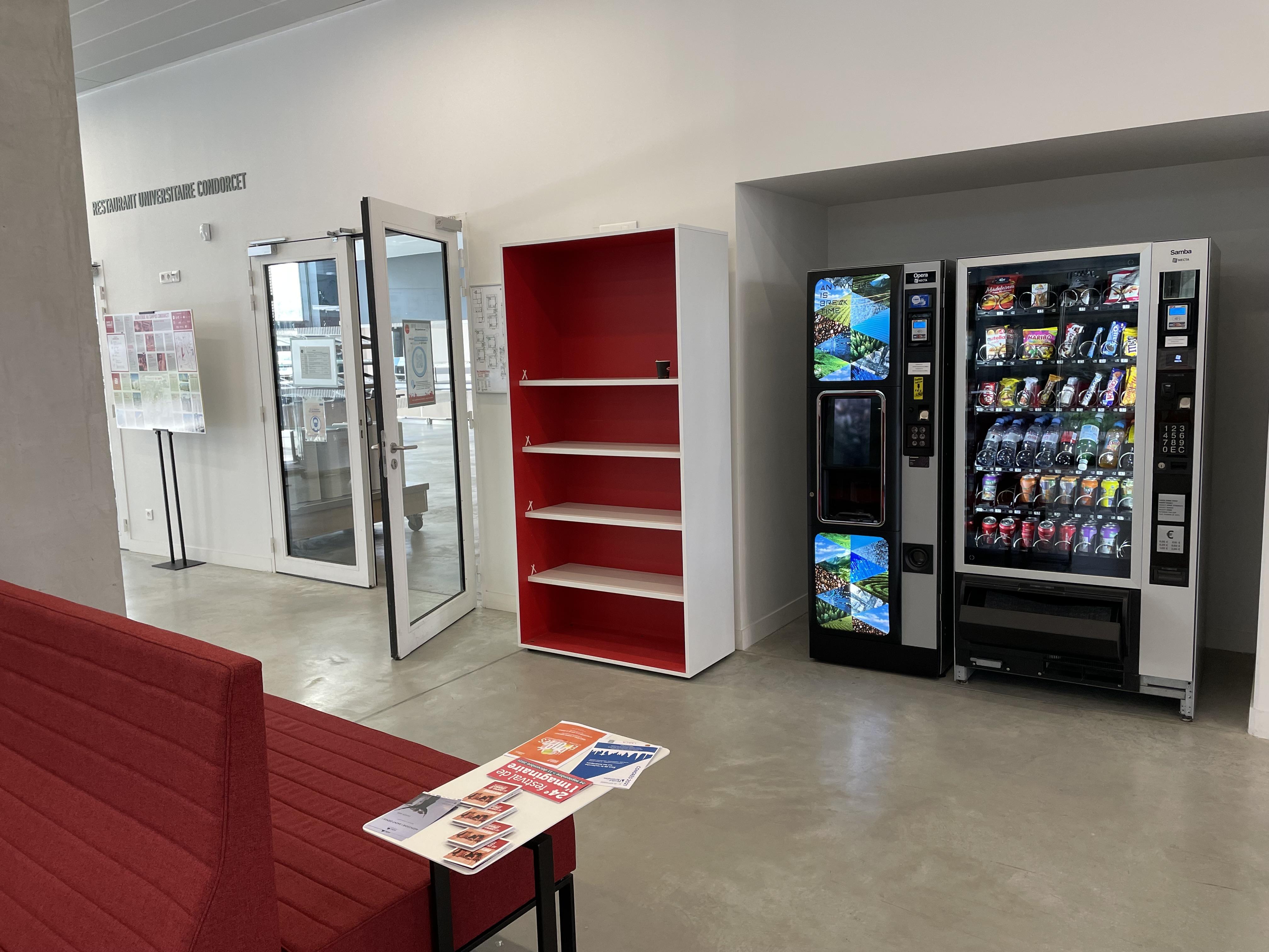 Machine à cafés et distributeurs de confiseries et boissons dans le bâtiment de recherche nord