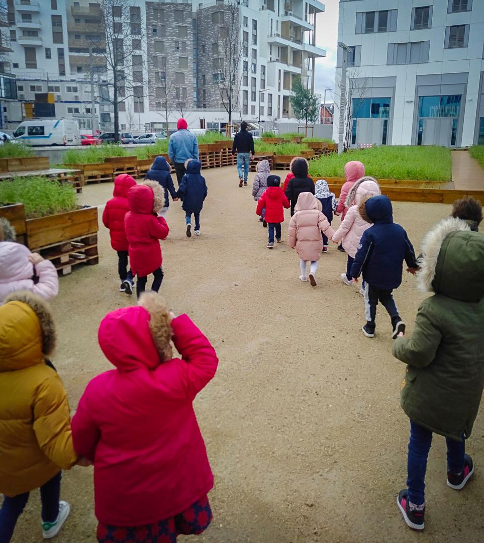 Les enfants de l'école élémentaire Opaline dans le jardin potager du Campus