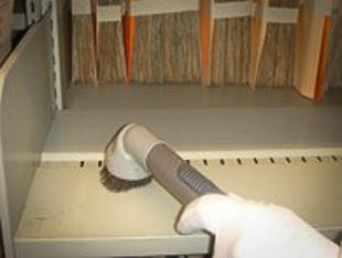 Nettoyage des rayonnages àl'aide d'un aspirateur muni de filtres de haute performance (HEPA)